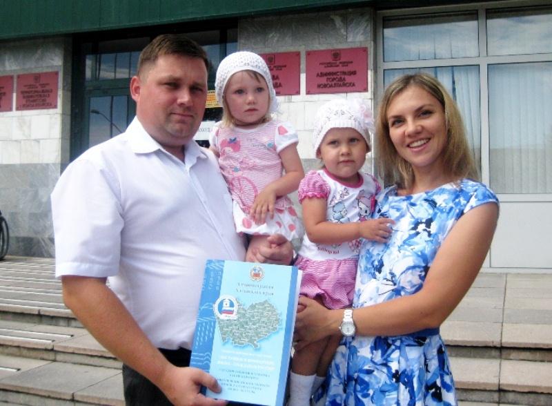 молодая семья в деревне