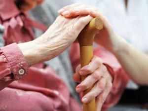Опёка над пожилым человеком после 80 лет: как оформить и сколько платят?